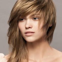 модная женская стрижка на средние волосы
